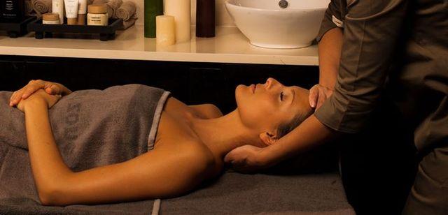 Masseuse che effettua massaggio al viso di una donna