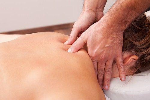 Donna che riceve un massaggio cervicale