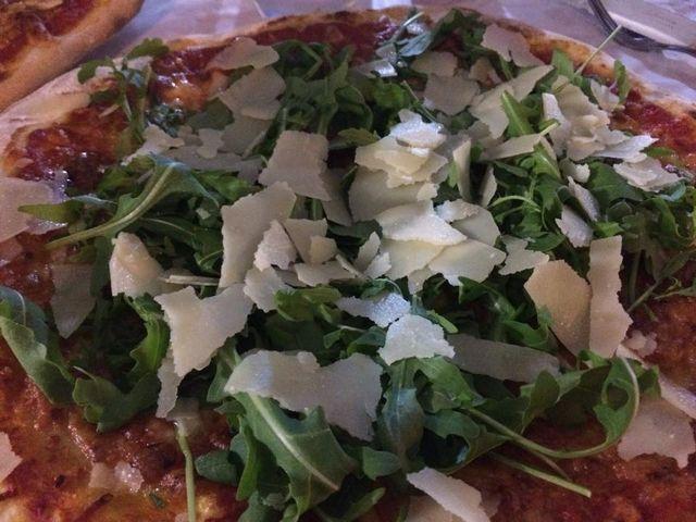Pizza bianca con rucola e parmigiano reggiano