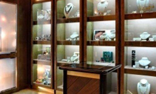 una vetrina con dei gioielli