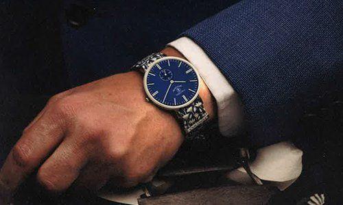 una mano di un uomo con un orologio