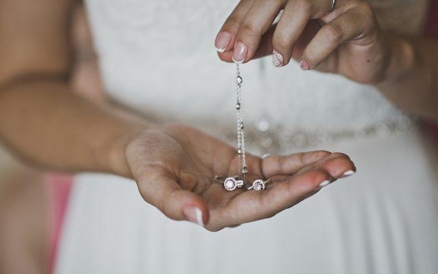un bracciale d'argento con dei cristalli