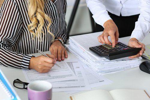 due commercialisti eseguono calcoli all'interno dello studio