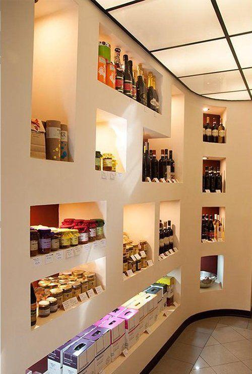 bottiglie di vino e altri prodotti in scaffali