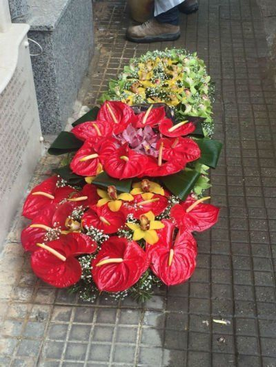 delle composizioni di fiori rossi