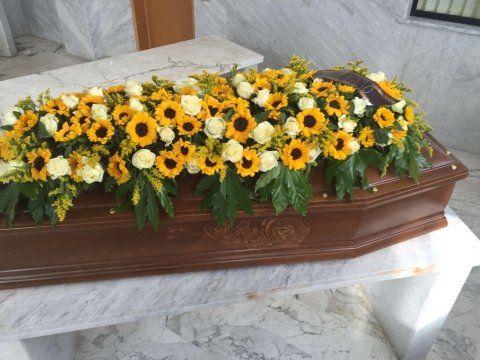 dei fiori gialli su una bara di legno