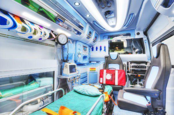 Interno di un'ambulanza. Versione HDR. Alta chiave. Focalizzazione morbida.