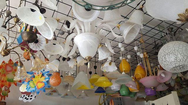dei lampadari esposti sul soffitto