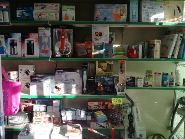 scaffali con accessori e piccoli elettrodomestici