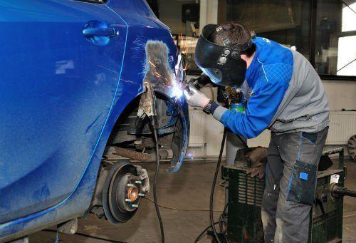 meccanico effettua saldatura su una carrozzeria auto