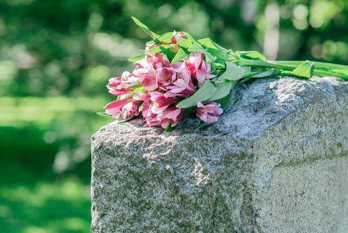 fiori su una lapide in pietra