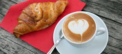 Colazione al bar con caffè e brioche a Bari