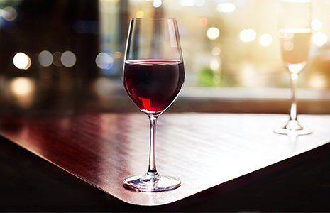 Bicchiere di vino rosso a Bari