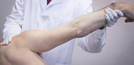 medico ortopedico durante una seduta