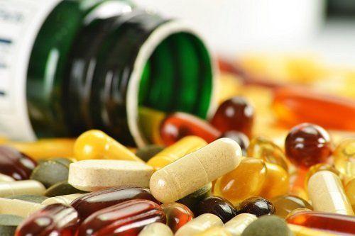 medicine sparse sul tavolo