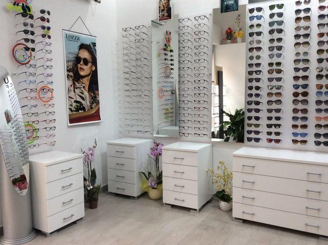 Interno del negozio, occhiali di sole