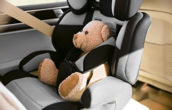 Orsetto seduto sul seggiolini dell'automobile