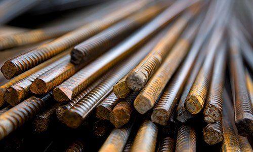 insieme di pezzi di ferro e assi di legno in uno scaffale