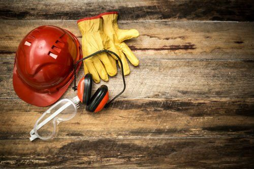 elmetto da cantiere, guanti protettivi, cuffie siolanti e occhialini da lavoro