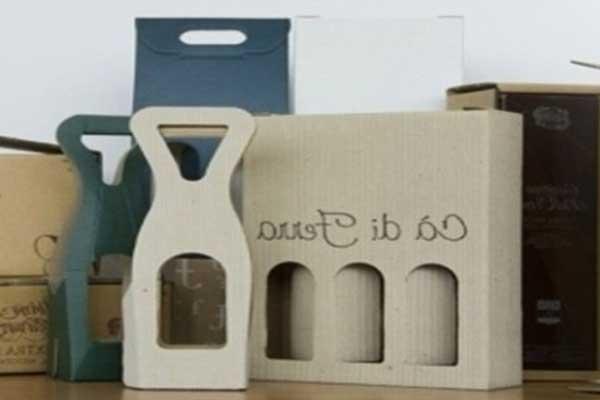 delle scatole di cartone e alcune a forma di apri bottiglia