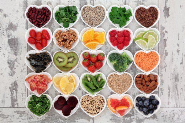 patti a forma di cuore contenenti frutta verdura e cereali