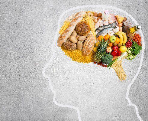 sagoma della testa di un uomo e nella parte del cervello  frutta verdura farinacei