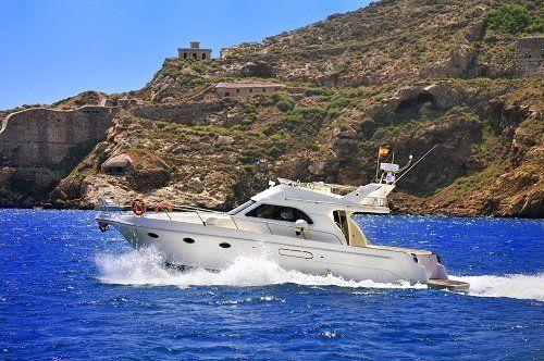Yacht che naviga al largo della costa