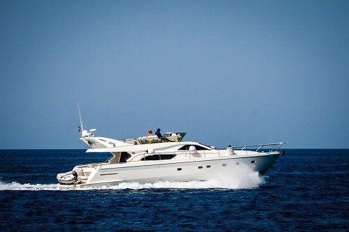 Yacht  con a bordo delle persone