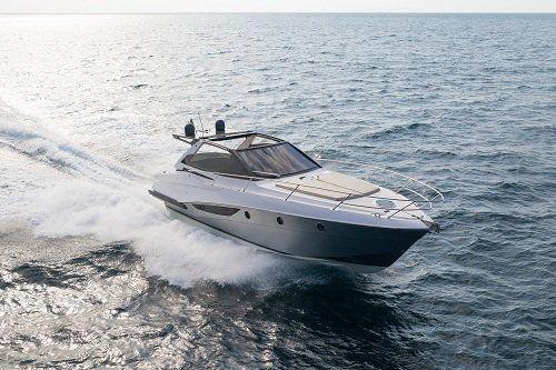 Yacht che naviga in mezzo al mare