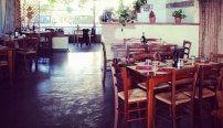 corridoio di un ristorante con tavoli apparecchiati