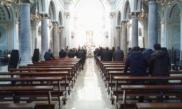 Interno di una chiesa durante la celebrazione di un funerale a Partinico, PA