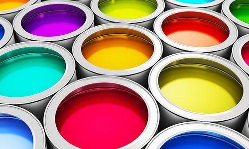 vernici di diversi colori nei barattoli