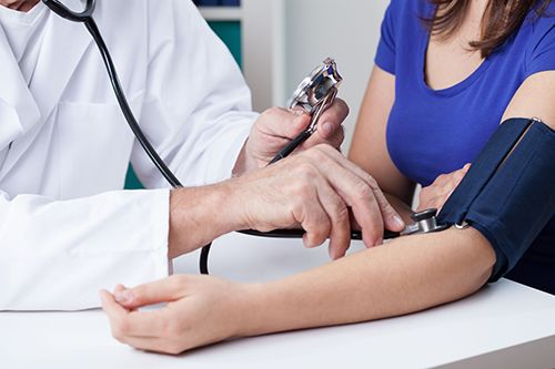 Doctore providing dependable internal medical services to a patient in Statesboro, GA