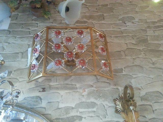 Una lampada da tavolo accesa a Empoli