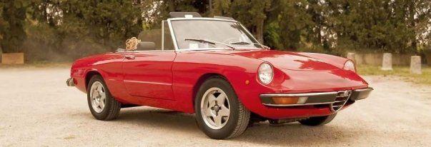 una macchina coupe' rossa