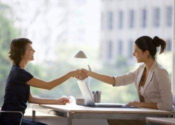 una stretta di mano tra due donne