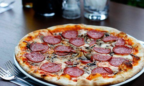 Pizza funghi e salame cotta in forno a legna Pizza margherita cotta in forno a legna del Riccio Pizza e Restaurant a Santa Maria a Vico (CE)