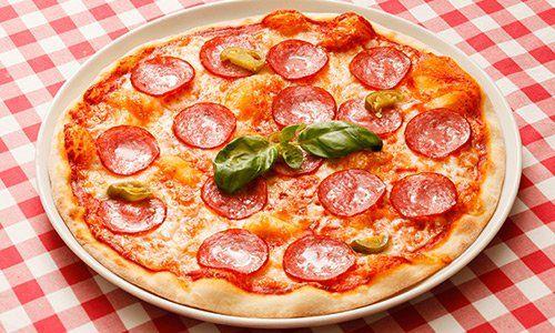 Pizza funghi e salame cotta in forno a legna del Riccio Pizza e Restaurant a Santa Maria a Vico (CE)