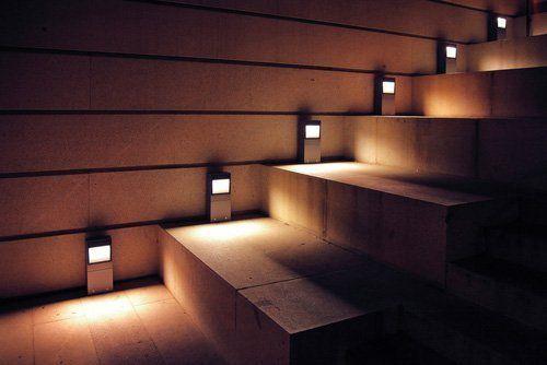 Rampa di scale illuminata con faretti bassi