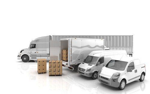 Due furgoni e due camion diverse dimensioni con pacchi consegna