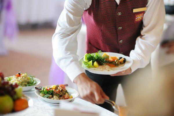 Cameriere servendo la tavola