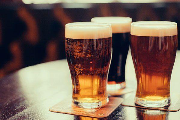 tre bicchieri di birra