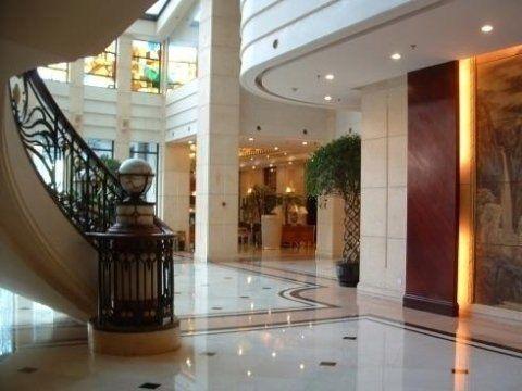 piano terra con le scale sulla sinistra in un albergo