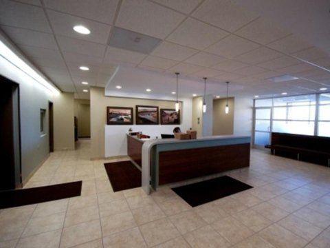 interno di un ufficio con vista della reception