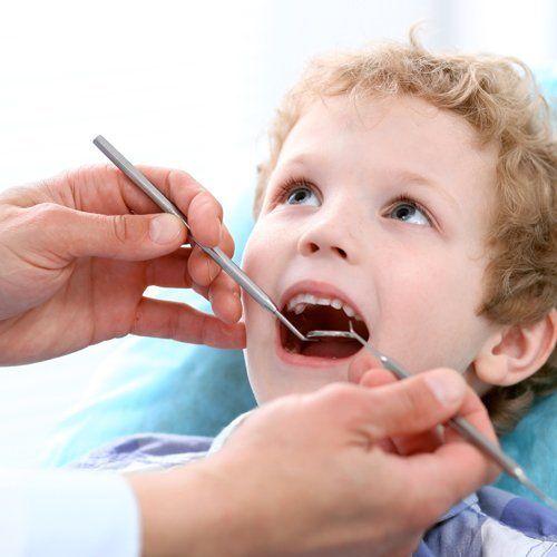primo piano di un bambino durante un trattamento dentale