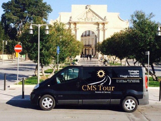 un furgone blu scuro con scritto CMS Tour