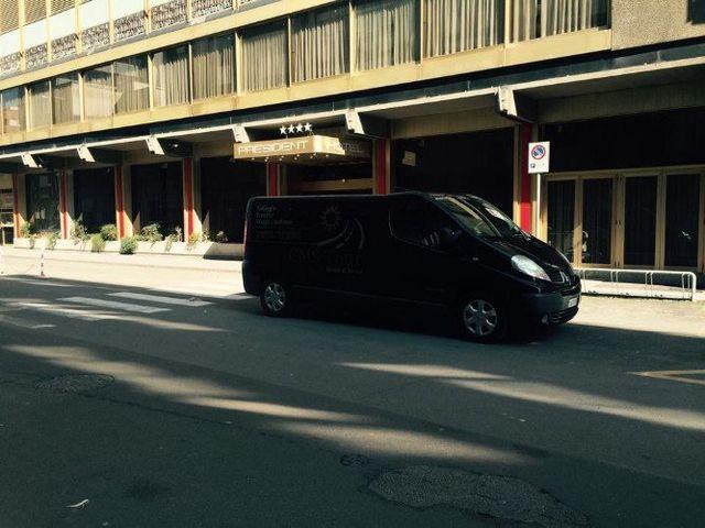 un furgone blu scuro con scritto CMS Tour parcheggiato