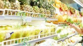 scaffali con assortimento frutta e verdura pronta all`uso