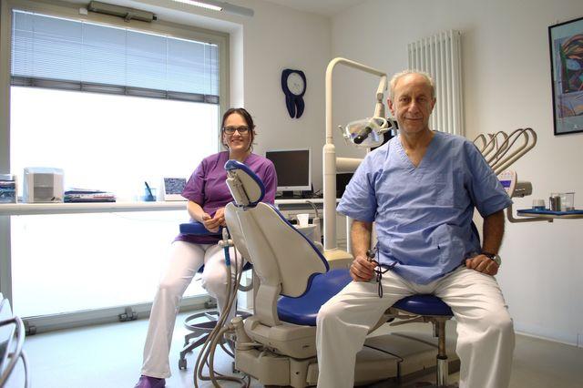 Una poltrona blu in uno studio dentistico