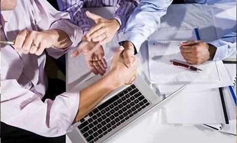 stretta di mano tra gli uomini d'affari